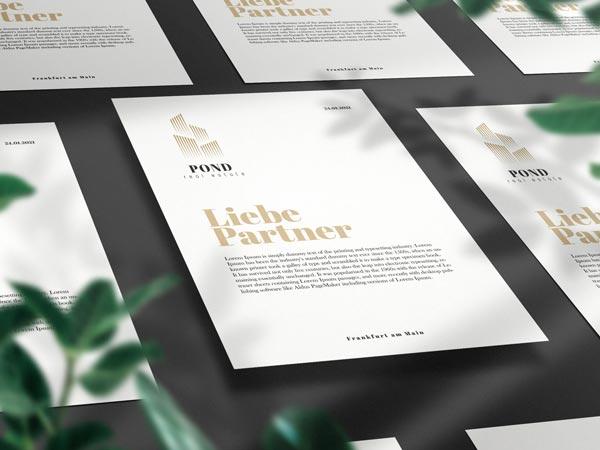 Bedruckte weisse A4 Blätter mit Schwarz Gold bedruckt auf einem weißen Hintergrund