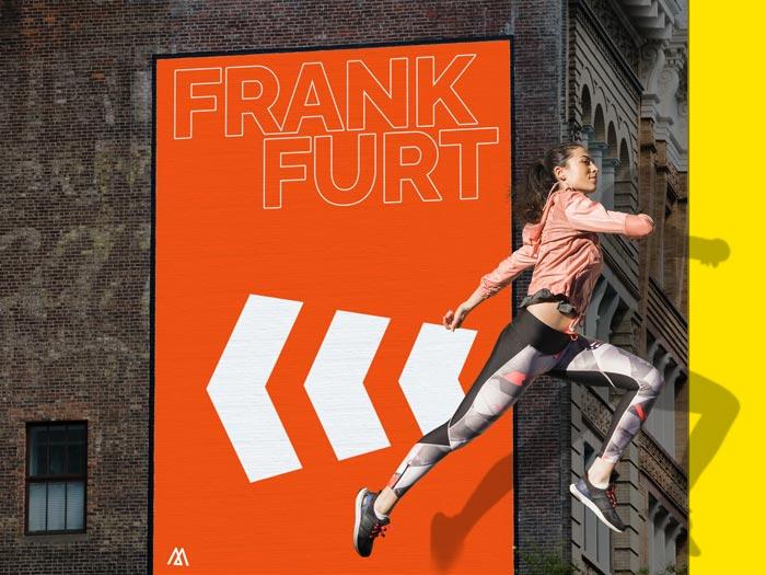 Eine sportliche Frau springt aus dem Rahmen heraus in Frankfurt am Main
