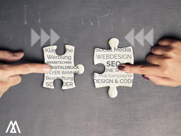 Verbindung von 2 Puzzles - klassische Werbung und online Marketing werden zusammengefügt