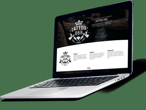Grauer Laptop zeigt eine Homepage für ein Tattoo Studio