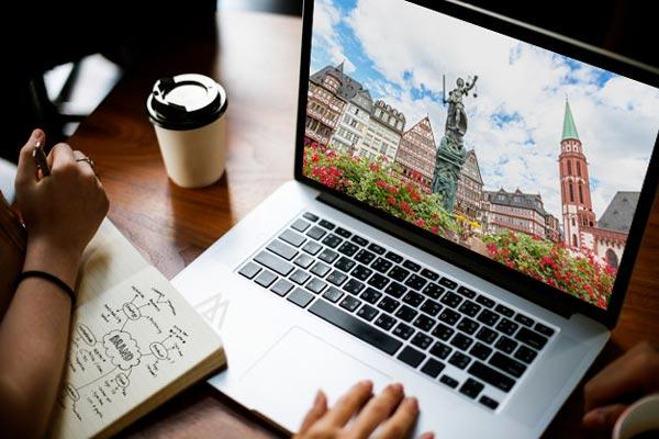 Frankfurt am Main - Römer auf einem grauen Laptop dargestellt