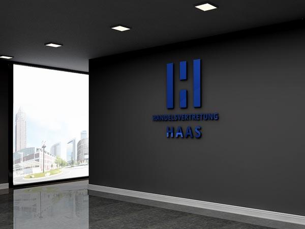 Blaues Logo aus Acrylglass auf einer grauen Wand in einem Frankfurter Büro Foto