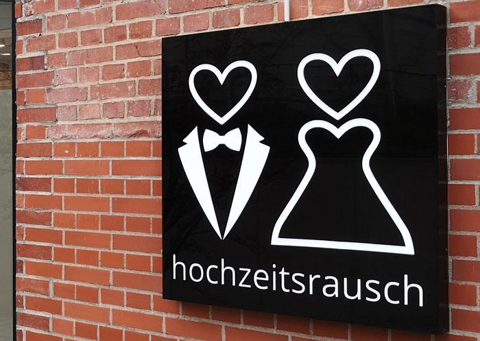 Schwarzer LED Lichtschild mit dem Logo von der Firma hochzeitsrausch in Frankfurt