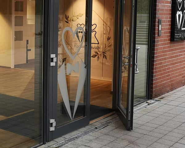 Milchglas Folierung Logo auf einer Tür ausgeschnitten mit Folienplott